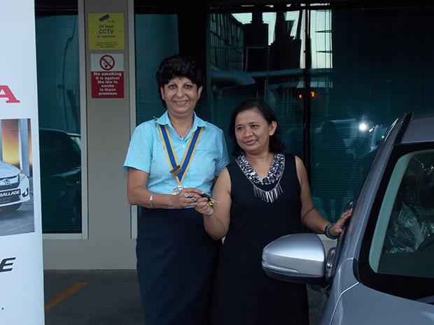 President-Dinaz-hands-over-the-car--keys-to-the-Star-Prize-winner